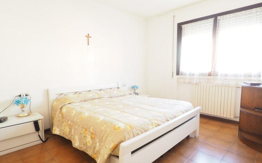 Centralissima! Villetta con 3 camere, giardino e box!